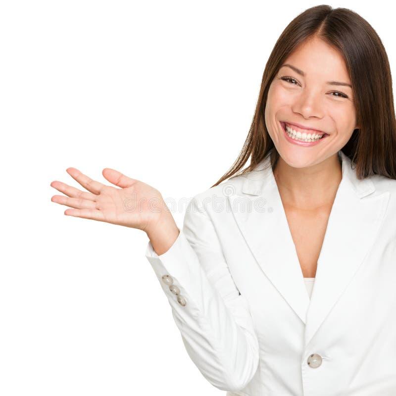 Junge Geschäftsfrau zeigend, öffnen Sie Handpalme lizenzfreie stockbilder
