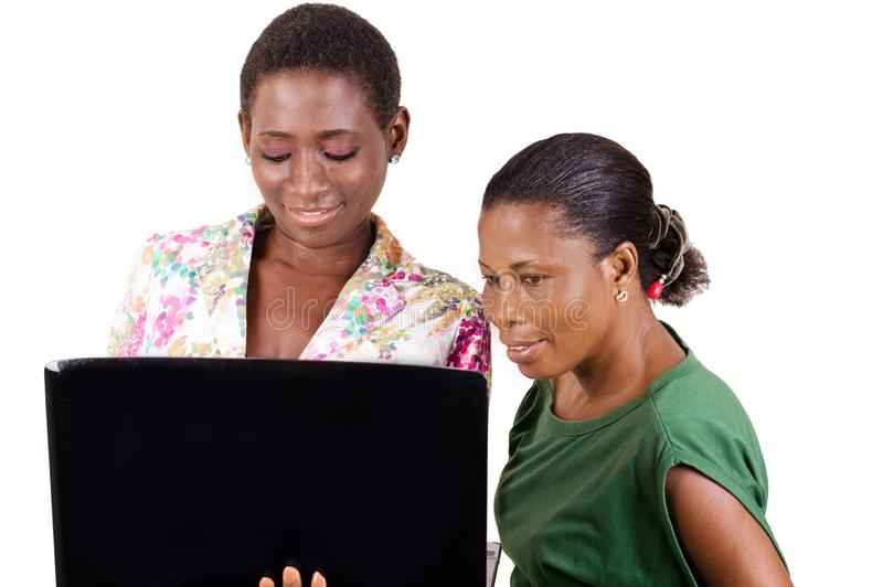 Junge Geschäftsfrauen mit Laptop lizenzfreies stockfoto