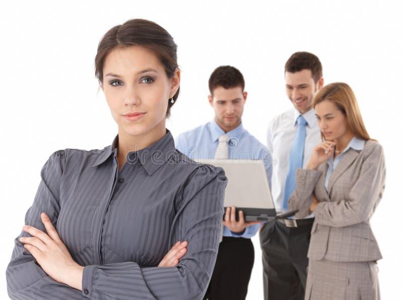 Junge Geschäftsfrauen vor Team stockfoto