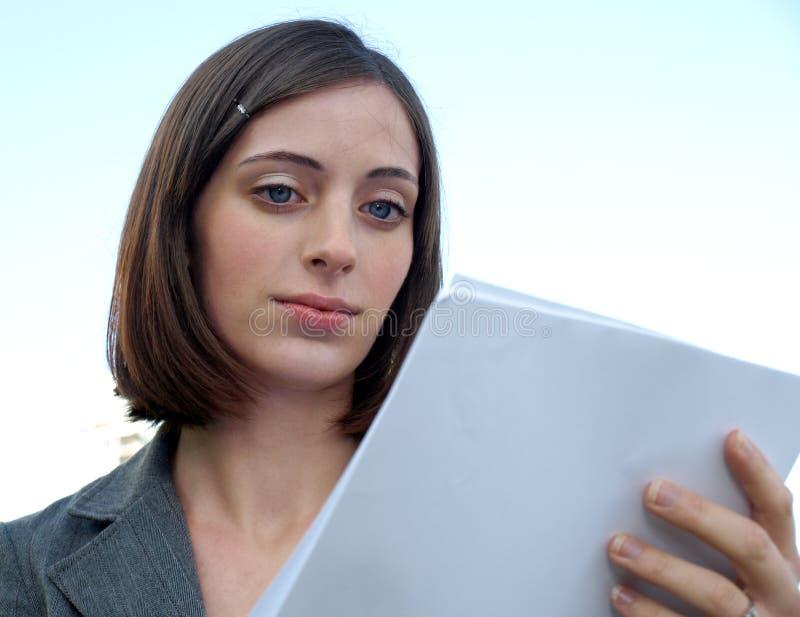 Junge Geschäftsfrauholdingdokumente lizenzfreie stockfotos