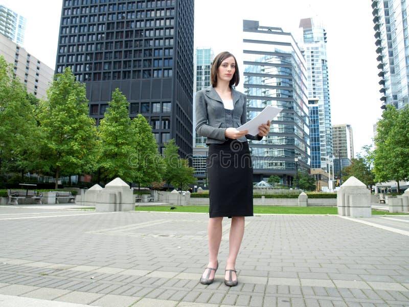 Junge Geschäftsfrauholdingdokumente stockbilder