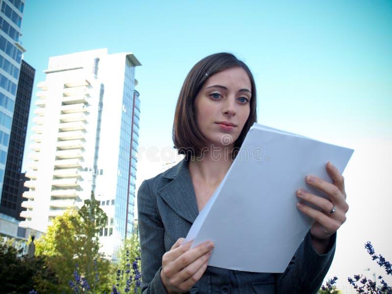 Junge Geschäftsfrauholdingdokumente lizenzfreies stockfoto