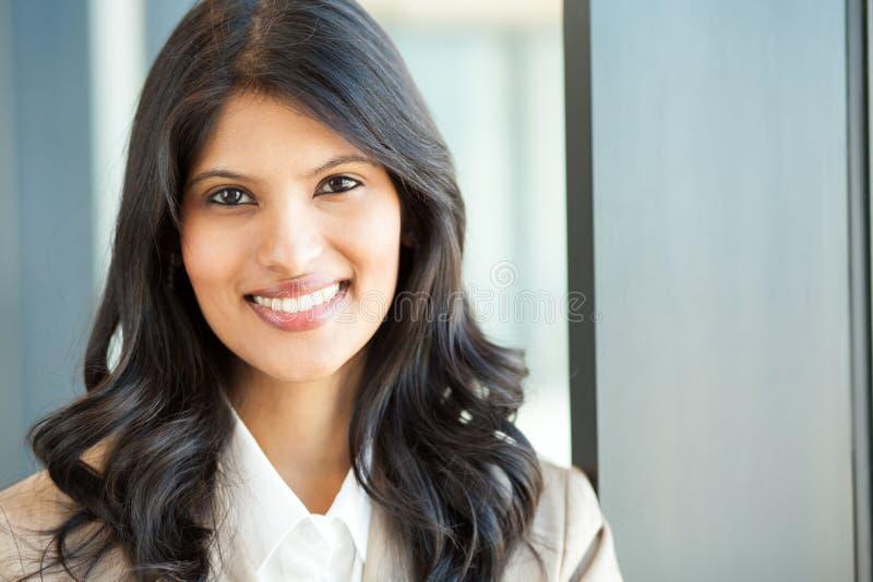 Download Junge Geschäftsfraunahaufnahme Stockfoto - Bild von dunkel, korporativ: 26367056