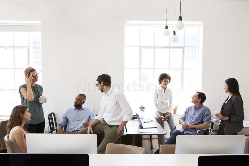 Junge Geschäftsgruppe in der Diskussion in ihrem Büro lizenzfreie stockfotos