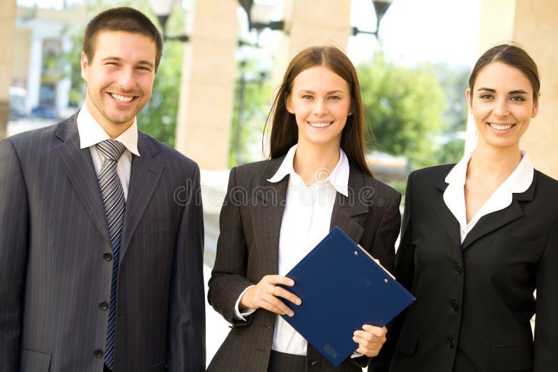 Junge Geschäftsleute lizenzfreie stockfotos