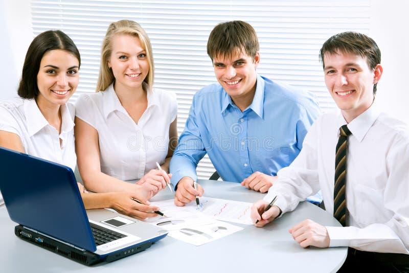 Junge Geschäftsleute stockbild
