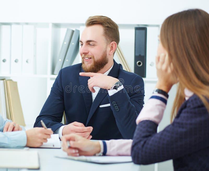 Junge Geschäftsleute bei einer Konferenz im Büro Ernstes Geschäft und Partnerschaft, Jobangebot, Finanzerfolg lizenzfreies stockfoto