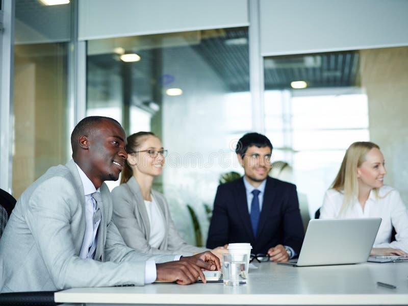 Junge Geschäftsleute in der Anweisungs-Sitzung lizenzfreies stockfoto