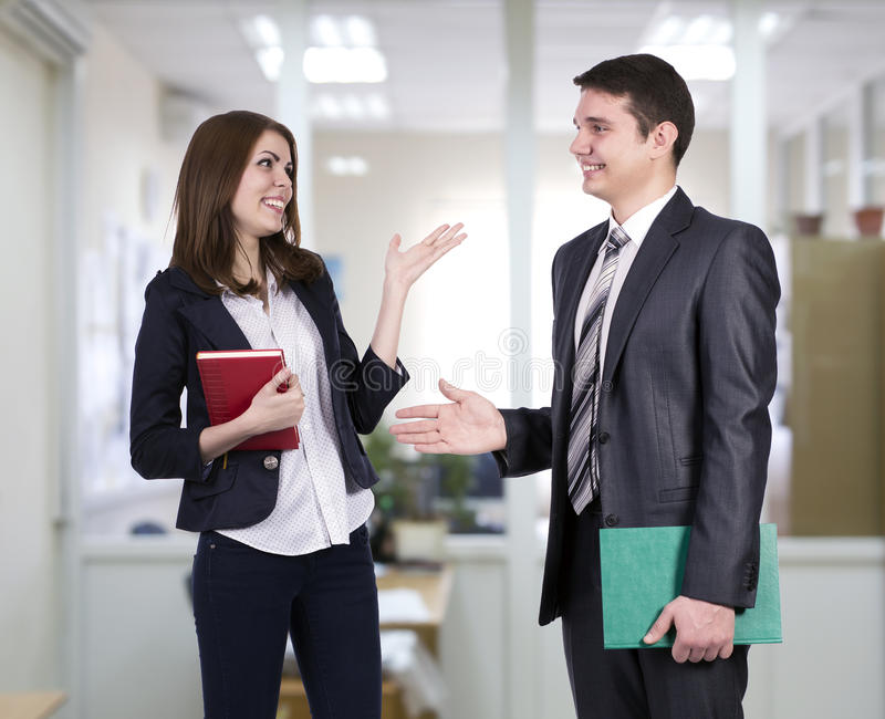 Junge Geschäftsleute, die Diskussion haben stockbilder