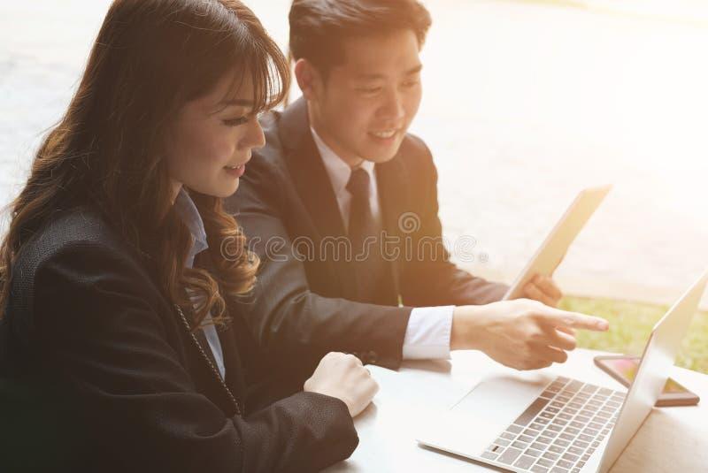 Junge Geschäftsleute, die eine Sitzung haben Geschäftsmann u. businesswo stockbild