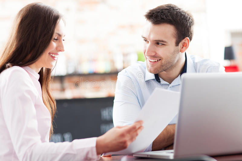 Geschäftsleute, die Laptop am Café verwenden stockfoto