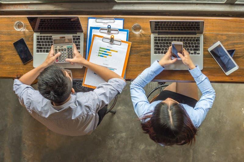 Junge Geschäftsleute, die mit Verkaufsberichten arbeiten stockfotos