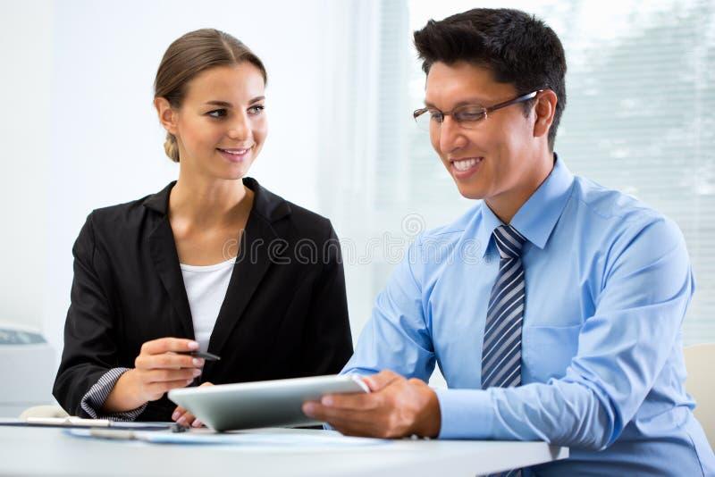 Junge Geschäftsleute in einem Büro stockbilder
