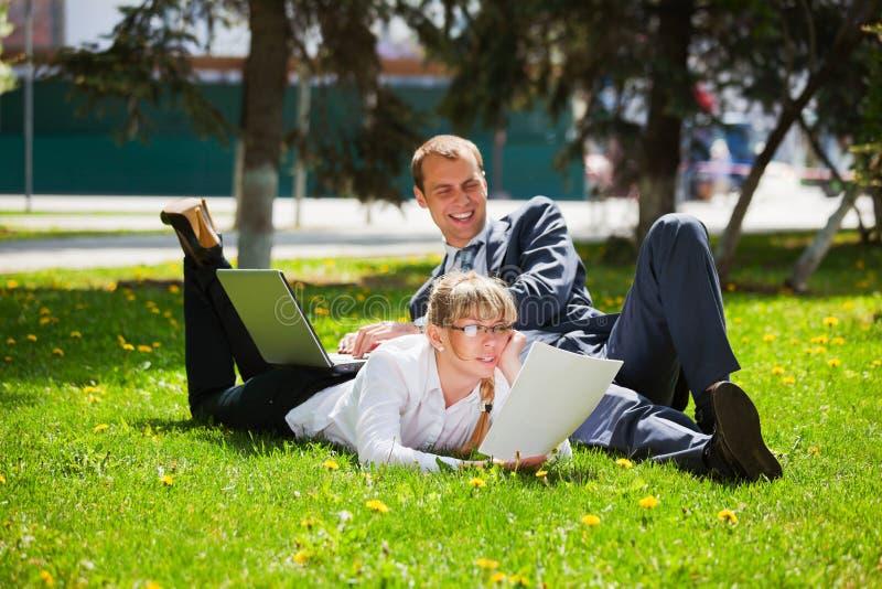 Junge Geschäftsleute in einem Park stockbild