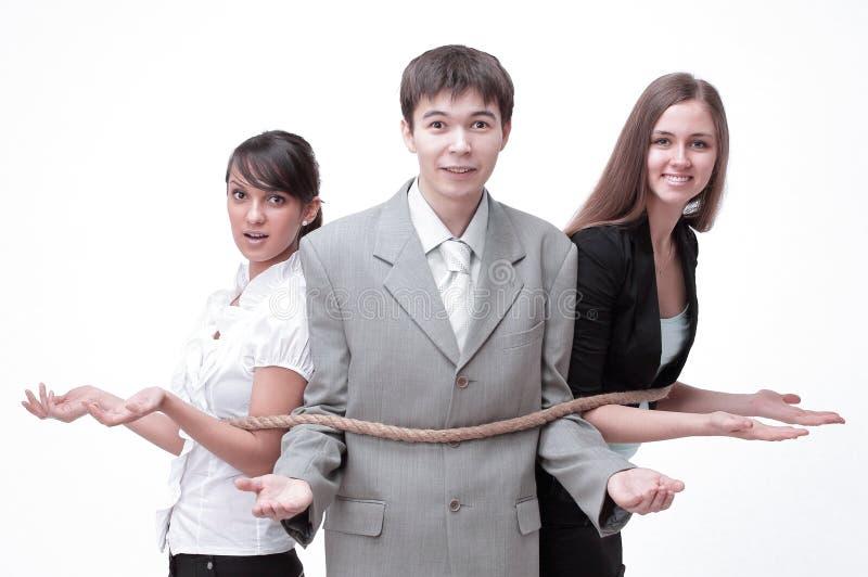 Junge Geschäftsleute gebunden herauf zusammen gegen lizenzfreie stockbilder