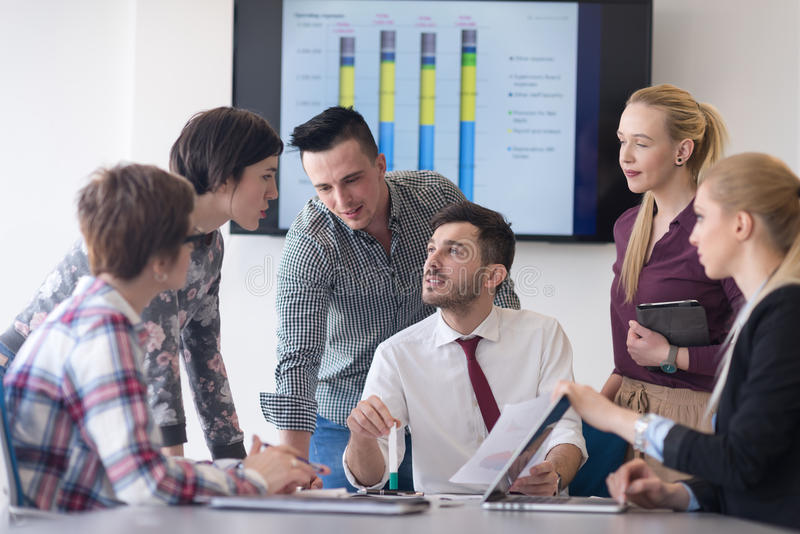 Junge Geschäftsleute Gruppe auf Sitzung im modernen Büro stockfotografie