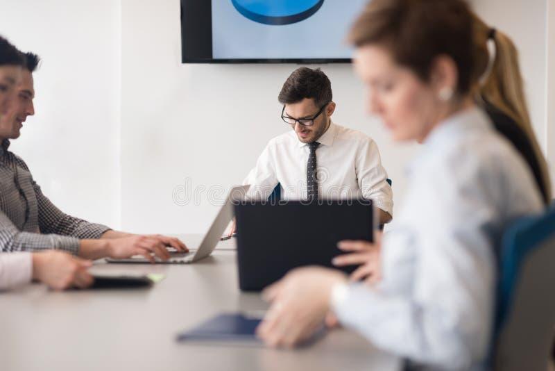 Junge Geschäftsleute Gruppe auf Teambesprechung im modernen Büro lizenzfreie stockfotografie