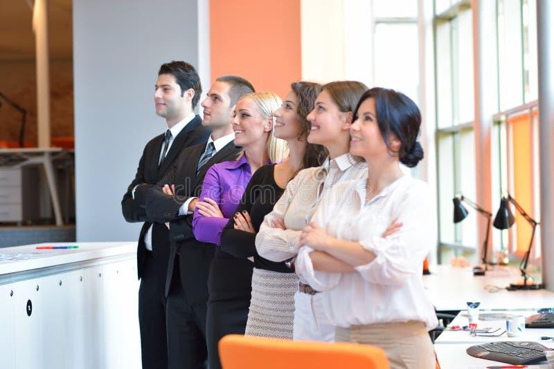 Junge Geschäftsleute Gruppe haben Sitzung und Funktion in modernem b lizenzfreie stockbilder