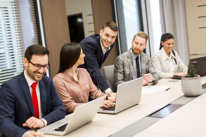 Junge Geschäftsleute haben Sitzung in einem modernen Büro stockfoto