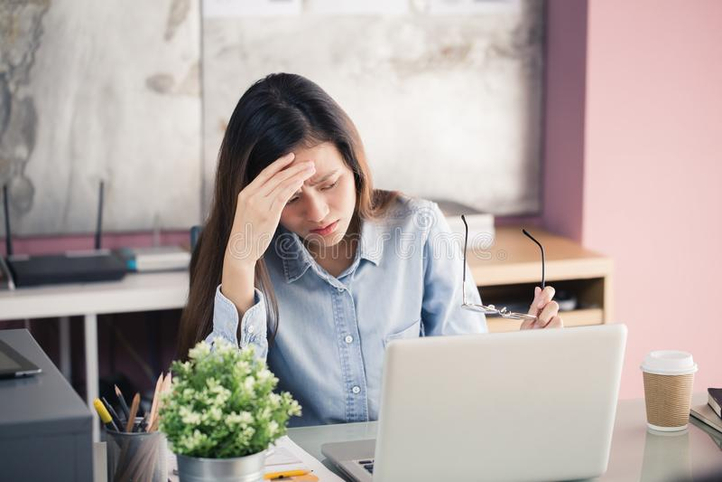 Junge Geschäftsleute leiden unter Kopfschmerzen, Asiatinnen S stockfotos