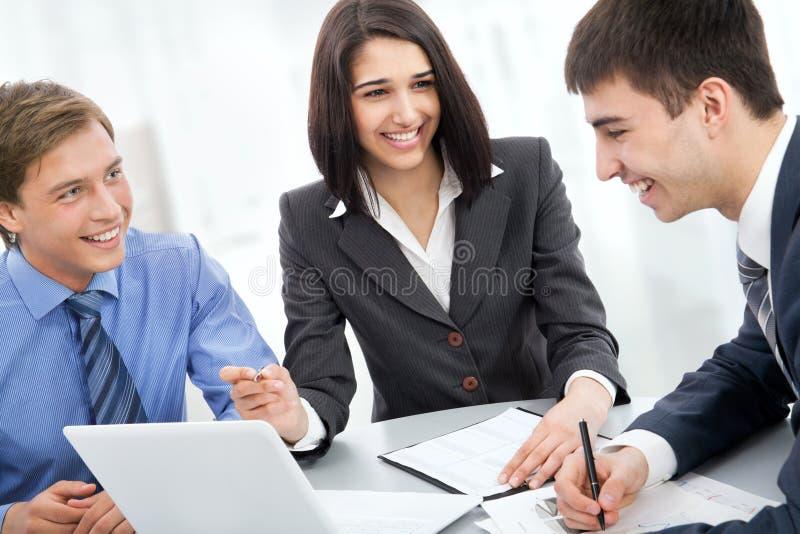 Junge Geschäftsleute. Teamwork. lizenzfreie stockbilder