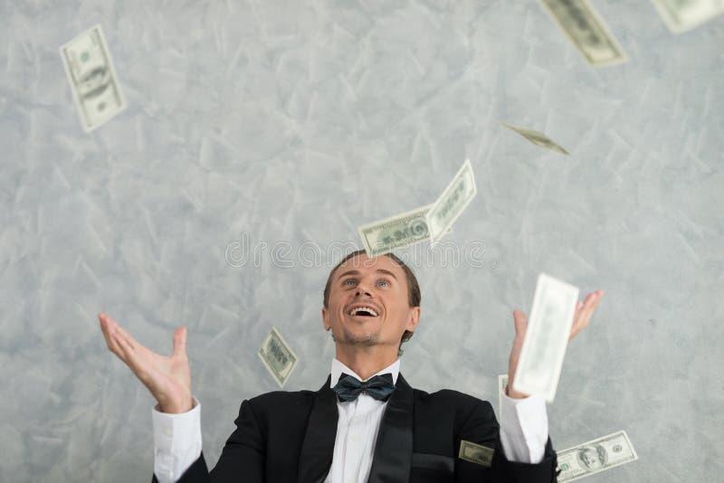 Junge Geschäftsmänner, die im Geschäft erfolgreich sind, mit vielen haben ein Bankkonto lizenzfreie stockfotos