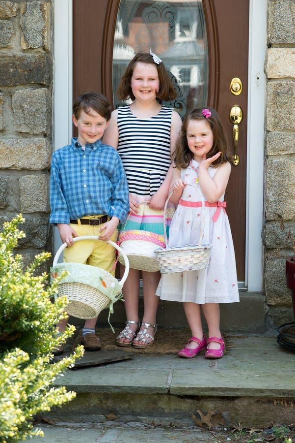 Junge Geschwister-Außenseite kleidete oben für Ostern an, das Körbe hält lizenzfreies stockfoto