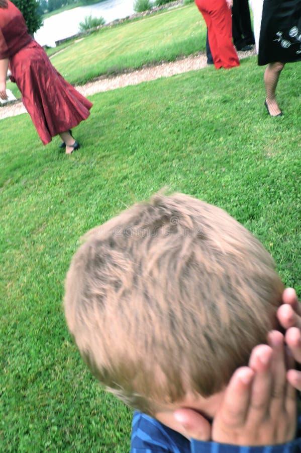 Junge gestört am Hochzeitsfest lizenzfreie stockbilder