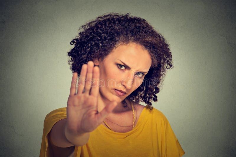 Junge gestörte verärgerte Frau mit der schlechten Haltung, die Gespräch zum Handzeichen gibt lizenzfreies stockbild