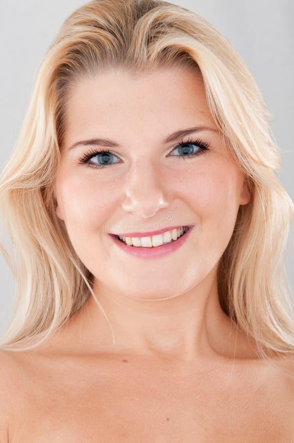 Junge gesunde BADEKURORT-Frau mit reiner Haut stockbilder
