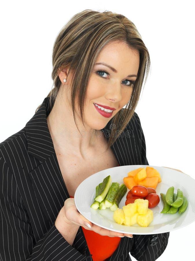 Junge gesunde Geschäftsfrau mit fünf eine Tageslebensmittel-Auswahl lizenzfreie stockfotos