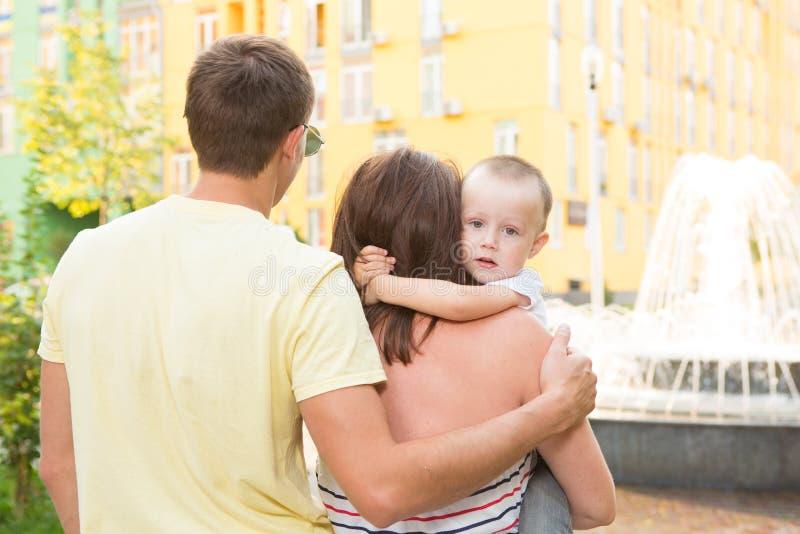 Junge glückliche Familie stockfoto