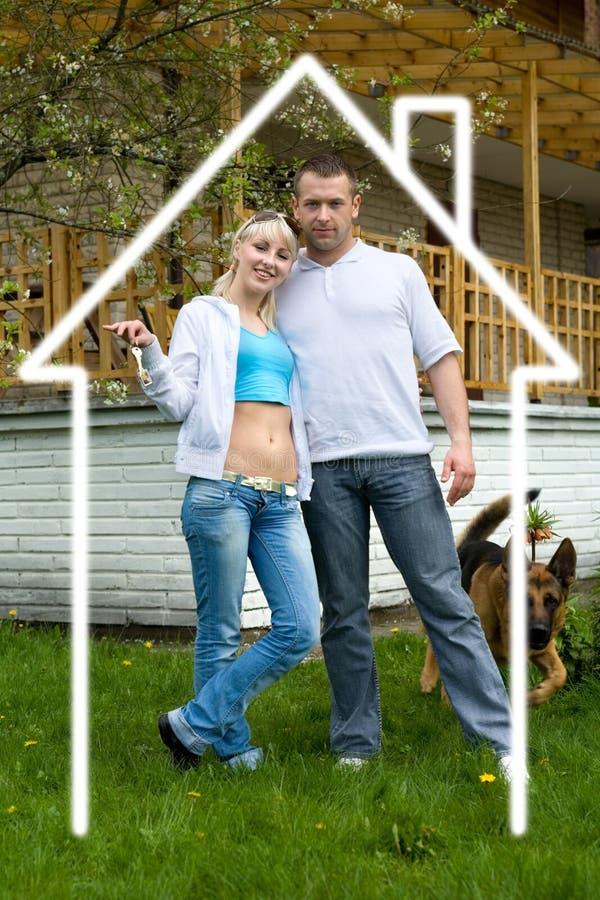 Junge glückliche Familie lizenzfreies stockbild