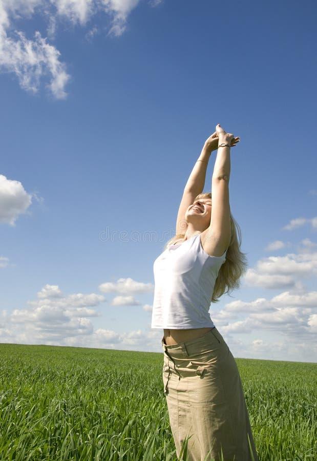 Junge glückliche Frau auf dem Gebiet lizenzfreie stockfotografie