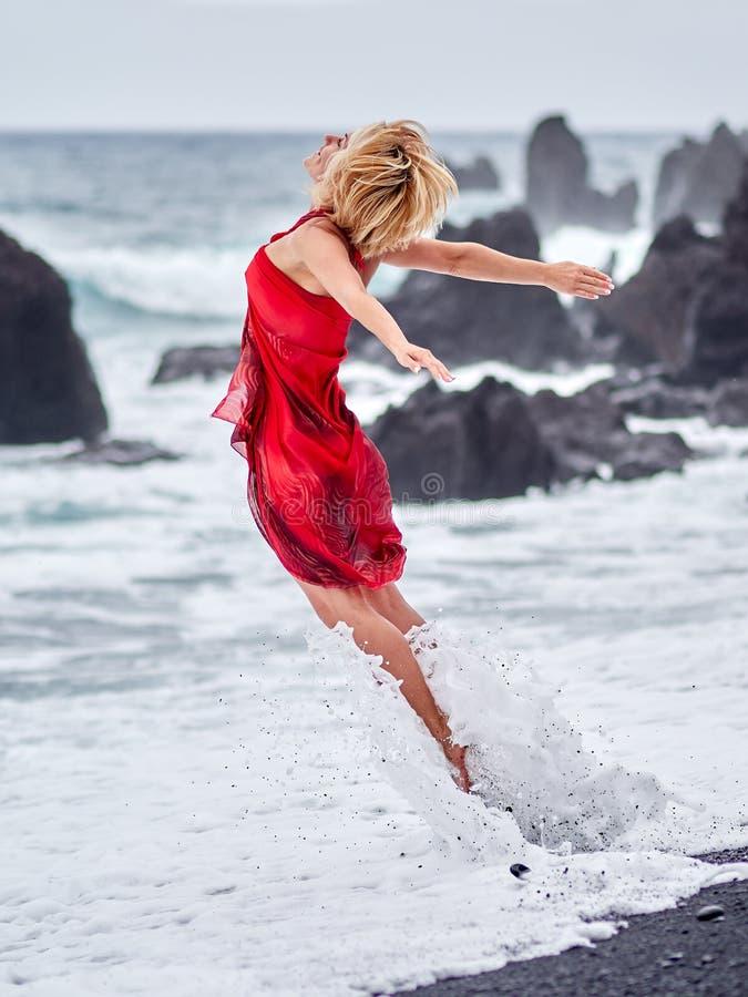 Junge glückliche Frau auf dem Strand im Sommer lizenzfreies stockbild