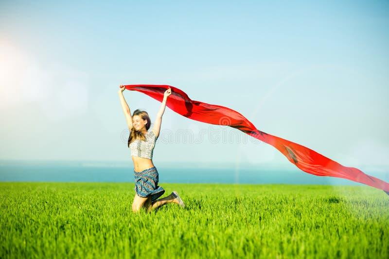Junge glückliche Frau auf dem Weizengebiet mit Gewebe stockfotos