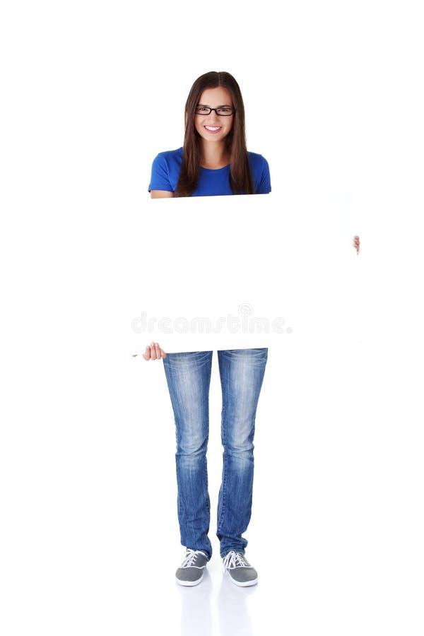 Download Junge Glückliche Frau Des Portraits Mit Unbelegtem Vorstand Stockfoto - Bild von mädchen, hintergrund: 27730294