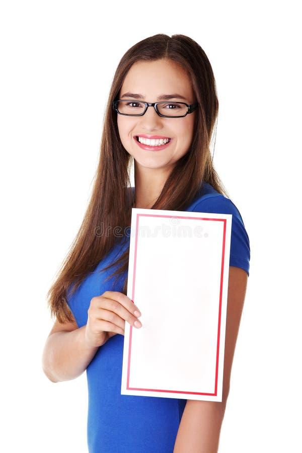 Download Junge Glückliche Frau Des Portraits Mit Unbelegtem Vorstand Stockfoto - Bild von attraktiv, reklameanzeige: 27730364