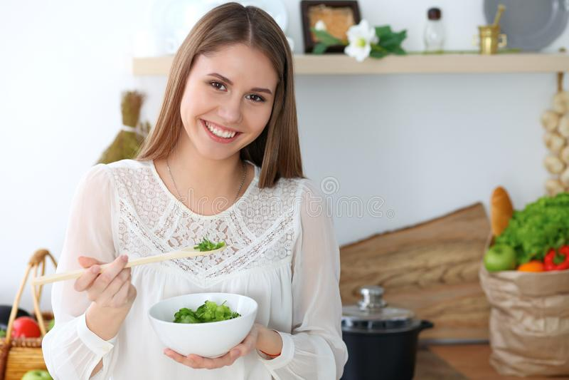 Junge glückliche Frau, die in der Küche kocht Gesunde Mahlzeit, Lebensstil und kulinarische Konzepte Gutenmorgen fängt mit frisch lizenzfreies stockfoto
