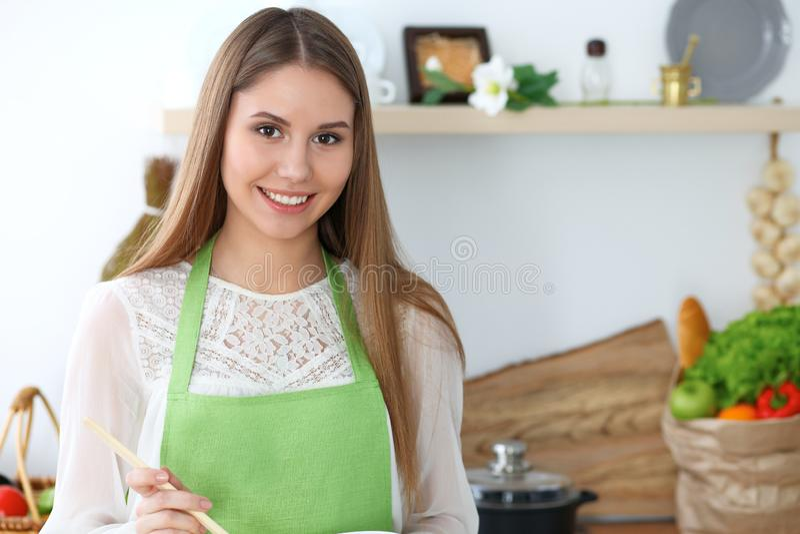 Junge glückliche Frau, die in der Küche kocht Gesunde Mahlzeit, Lebensstil und kulinarische Konzepte Gutenmorgen fängt mit frisch lizenzfreies stockbild