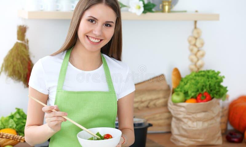 Junge glückliche Frau, die in der Küche kocht Gesunde Mahlzeit, Lebensstil und kulinarische Konzepte Gutenmorgen fängt mit frisch stockbild