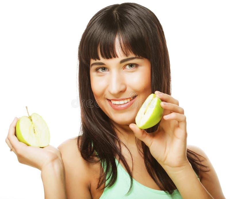 Junge glückliche Frau, die grüne Äpfel hält stockfoto