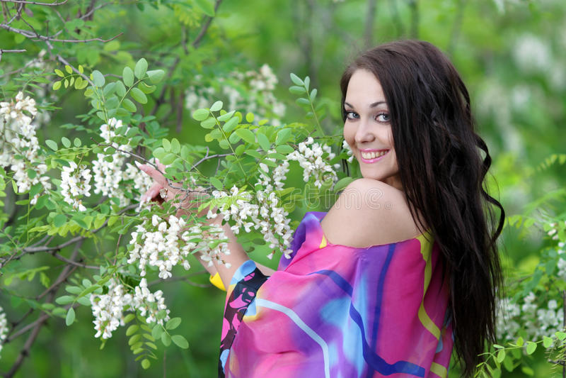 Junge glückliche Frau im Frühjahr oder Sommergarten lizenzfreies stockbild