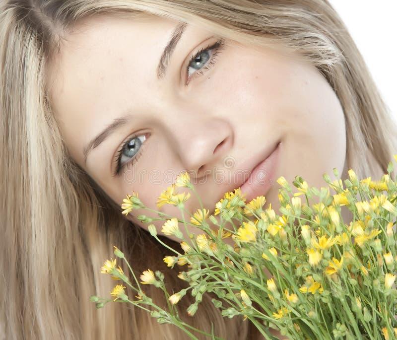 Junge glückliche Frau mit Blumenstrauß lizenzfreie stockfotos