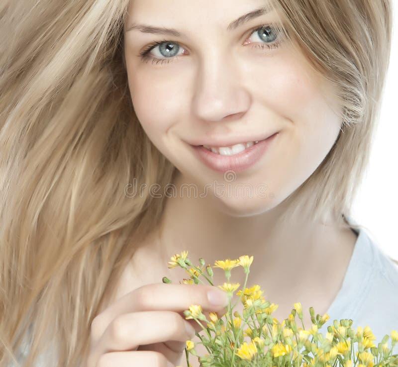 Junge glückliche Frau mit Blumenstrauß lizenzfreies stockfoto