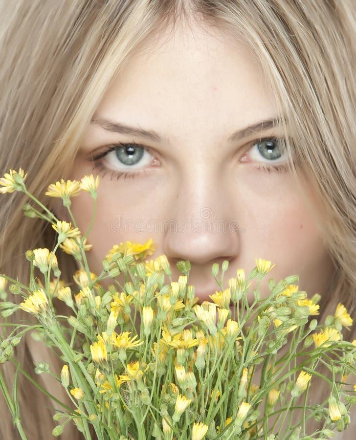 Junge glückliche Frau mit Blumenstrauß lizenzfreies stockbild