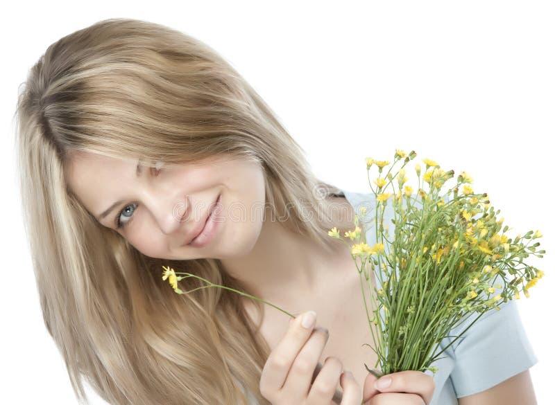 Junge glückliche Frau mit Blumenstrauß lizenzfreie stockbilder