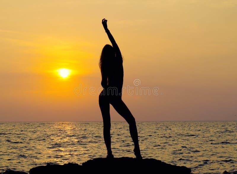 Junge glückliche Frau mit den angehobenen Händen stockbilder