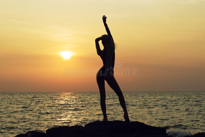 Junge glückliche Frau mit den angehobenen Händen stockfotos