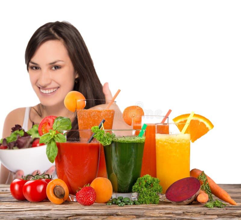 Junge glückliche Frau mit frischem Fruchtsaft stockbild
